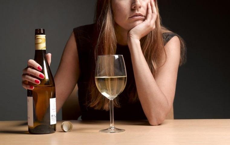 Глаза, зубы и нос. Как распознать алкоголизм у женщин