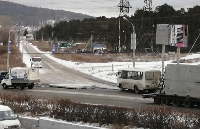 Панель сбежала. Бетонная плита рухнула на дорогу в Челябинской области