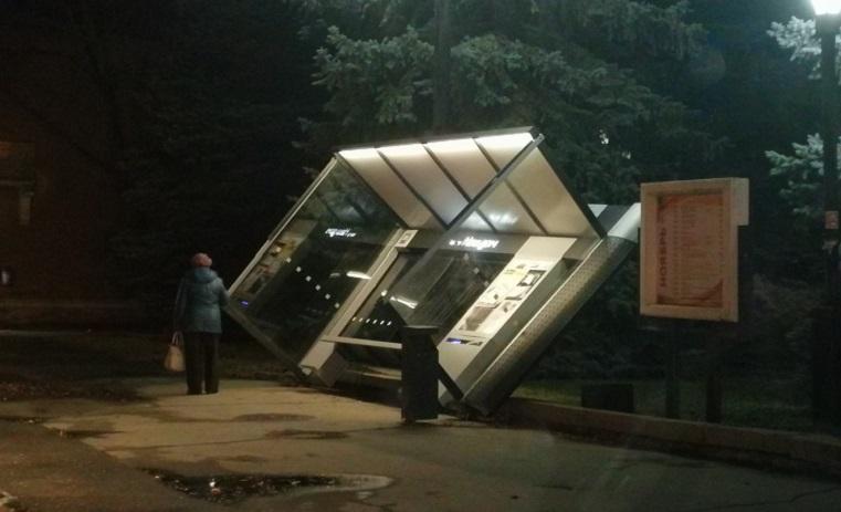Ураганный ветер снес остановку в Челябинской области