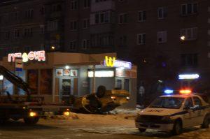 Иномарка в Челябинской области чуть не снесла пирожковую