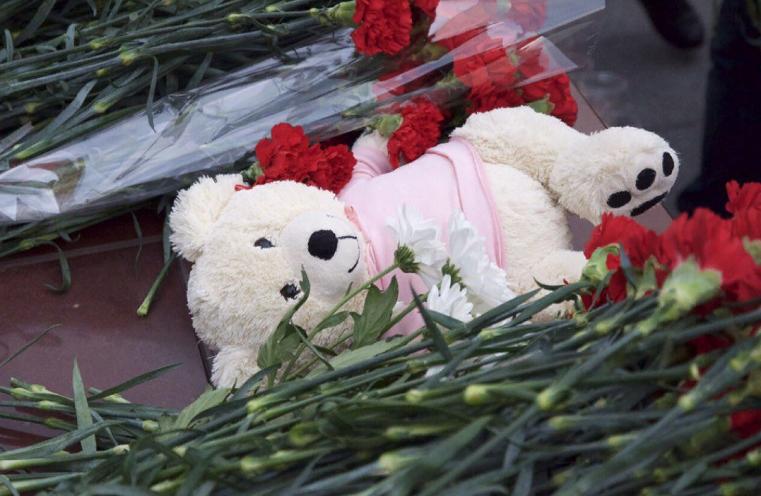 Челябинцы несут цветы и игрушки к месту, где нашли тело Левушки