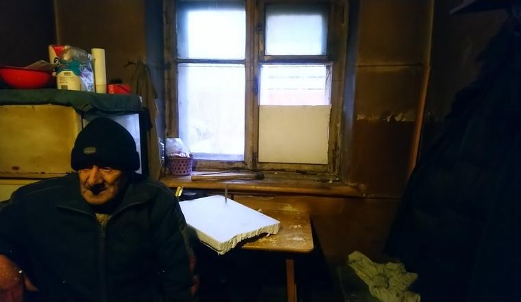 В доме одинокого пенсионера выбили все окна