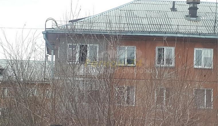 В Челябинске с балкона пятого этажа спрыгнул человек