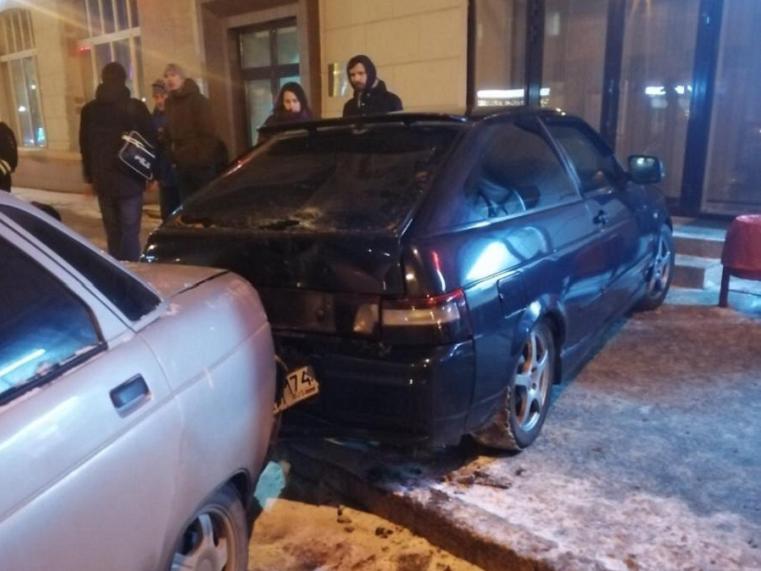 Дорожный кегельбан. В Челябинске водитель снёс с парковки пешехода и несколько машин