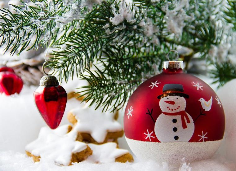 Волшебная сказка. В Камерном театре Челябинска установили современную новогоднюю елку