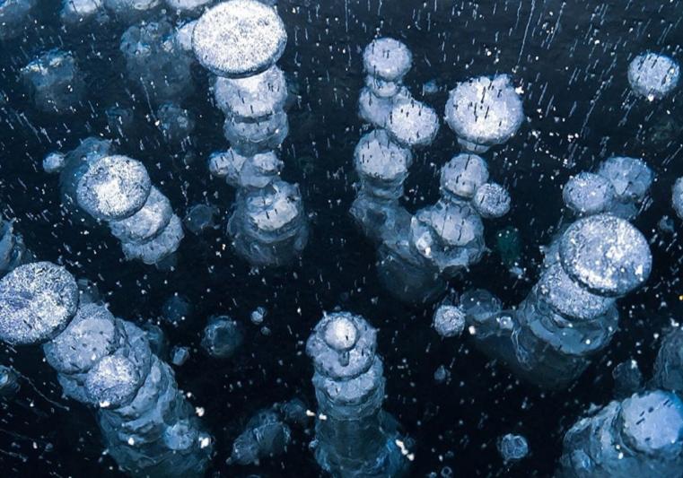 «Космические узоры». Жителей Урала потрясли миллиарды пузырей на озере Тургояк