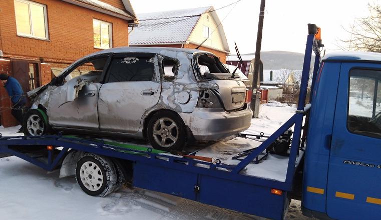 Нехило помяло. В Челябинской области водитель уронил железобетонный столб
