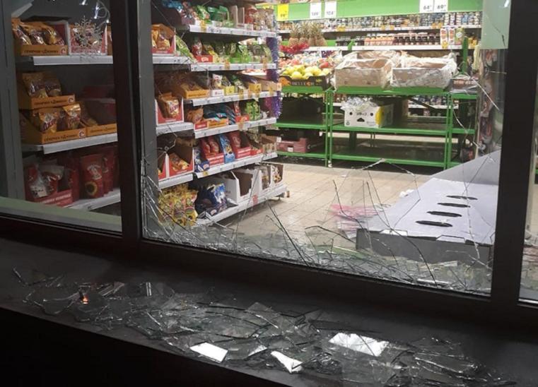 Били витрины. В Челябинске на глазах очевидцев неизвестные пытались ограбить супермаркет