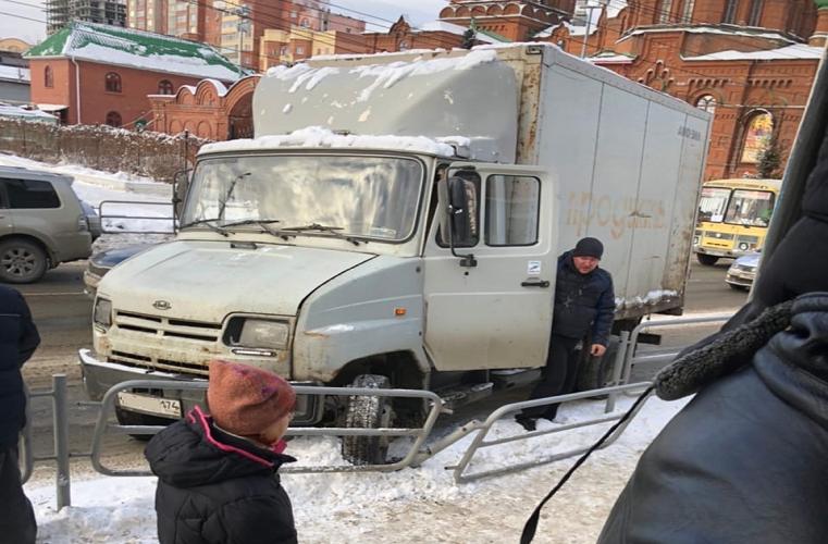 Полетел на остановку. В центре Челябинска грузовик протаранил дорожное ограждение