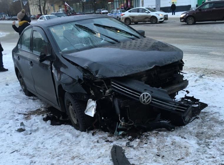 Дрифт на льду. В Челябинске водитель вылетел с дороги и врезался в столб