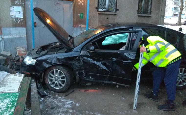 Заехал домой. На Южном Урале автомобиль на скорости врезался в подъезд