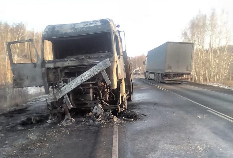На трассе под Челябинском сгорела фура. Пробка в обе стороны