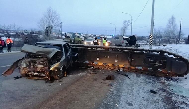 Раздавила машины. На Урале 16-тонная платформа рухнула на автомобили