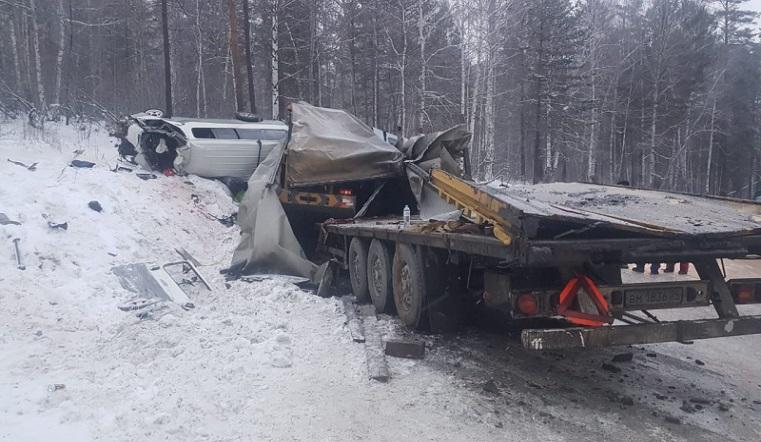 Без тормозов. Грузовик из Челябинска протаранил микроавтобус под Иркутском ВИДЕО