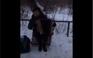 «Голос, как из советских фильмов». Пенсионерка песнями развлекает земляков на морозе