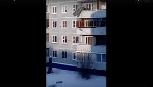 Южноуральцы сбросили диван с 4 этажа
