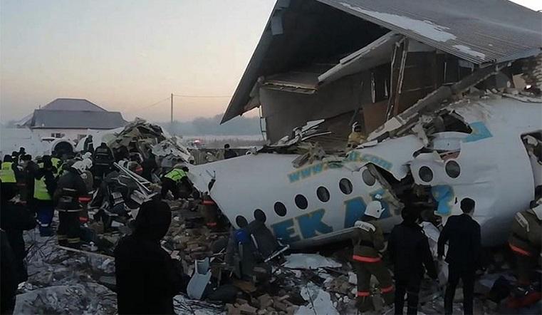 Упал в жилом секторе. Пассажирский самолет разбился в Казахстане