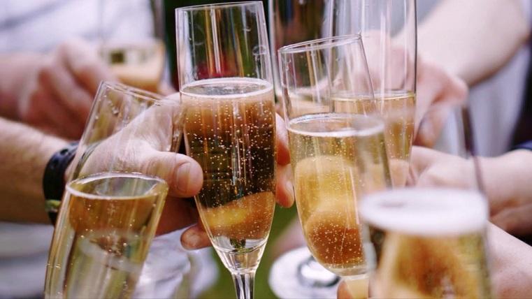 Врачи рассказали, сколько бокалов шампанского не навредит здоровью