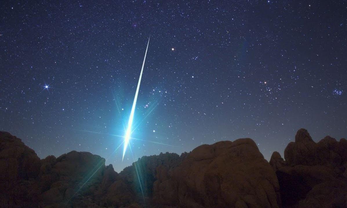 Потрясающе. Сотни ярких вспышек сняли в небе над Уралом ВИДЕО