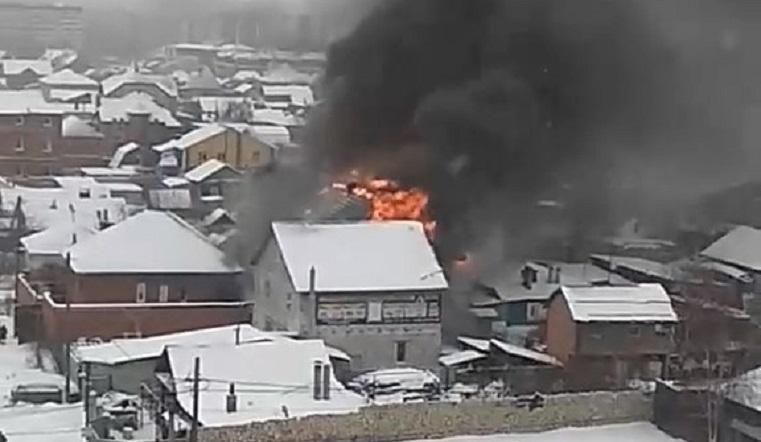 Черный дым столбом. Жилой дом загорелся в Челябинске ВИДЕО