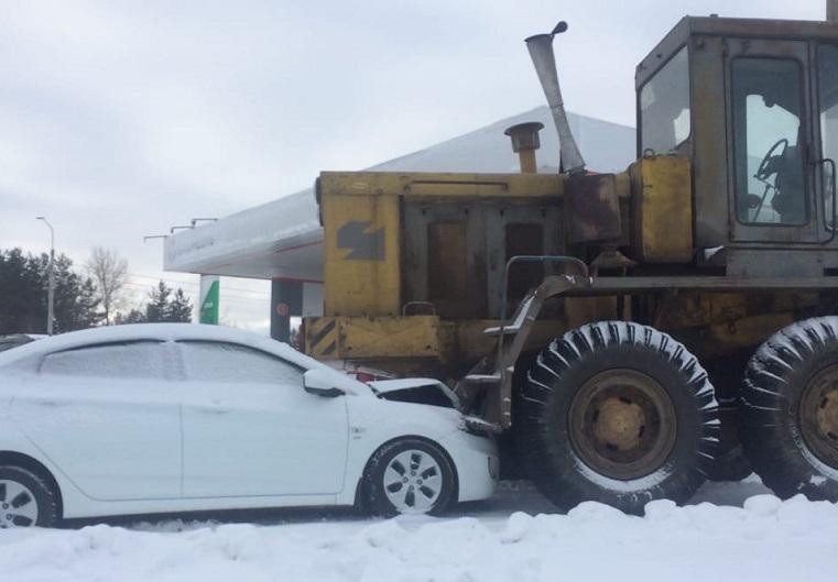 Перепутал с сугробом? Грейдер раздавил белую иномарку в Челябинской области