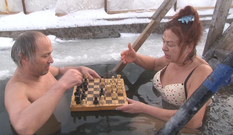 В трусах на морозе. Южноуральцы загорают и играют в ледяные шахматы ФОТО