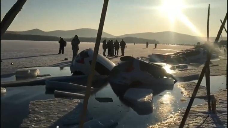 Суровая российская зима. 30 автомобилей провалились под лед ВИДЕО