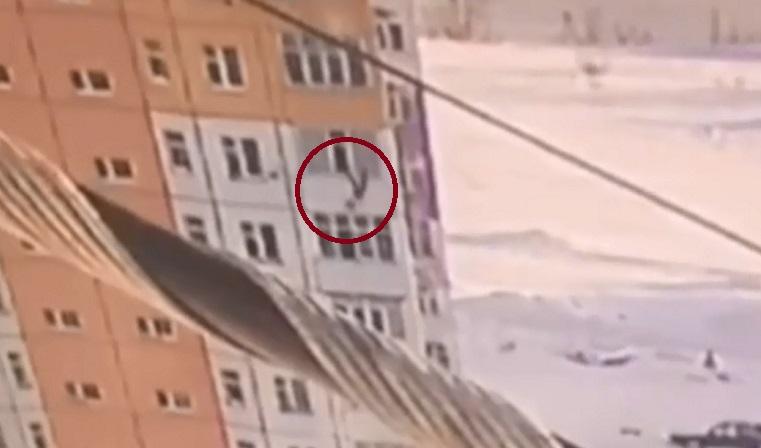 «Чудеса на виражах». На Урале девушка выпала с 9 этажа, отряхнулась и пошла ВИДЕО