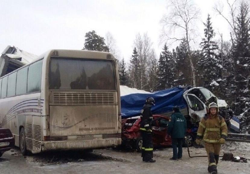 Железное месиво. На Урале пассажирский автобус попал в массовое ДТП