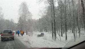 «Очень опасно». На скользкой трассе под Челябинском сразу две машины улетели в кювет