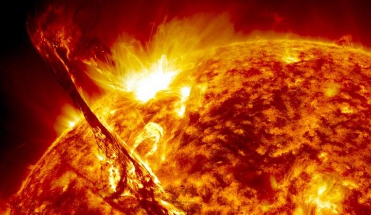 Магнитные бури 2020. Вспышки на Солнце привели к выбросу гигантского потока плазмы ВИДЕО