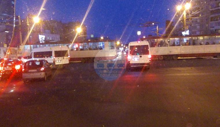 Заблокировали проезд. Трамваи спровоцировали огромную пробку в Челябинске