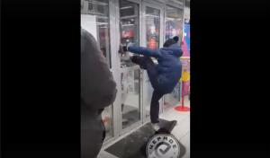 Шампуневый «трэш». Неадекватный парень выбил дверь после неудавшейся кражи ВИДЕО
