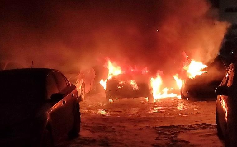 «Прямо на глазах». В Челябинске несколько легковушек сгорели на парковке