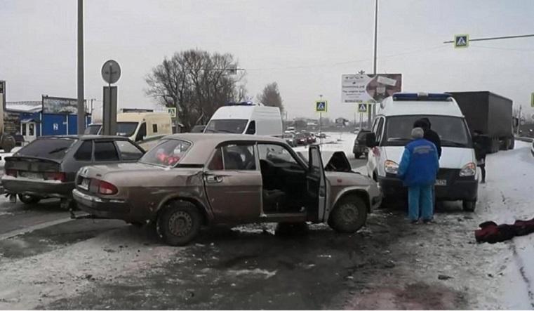 Закрутило. В Челябинске неуправляемая Волга врезалась в два грузовика