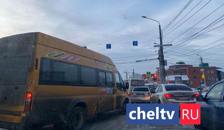 Движение парализовано. Гигантская пробка возникла в центре Челябинска из-за ДТП с 5 авто