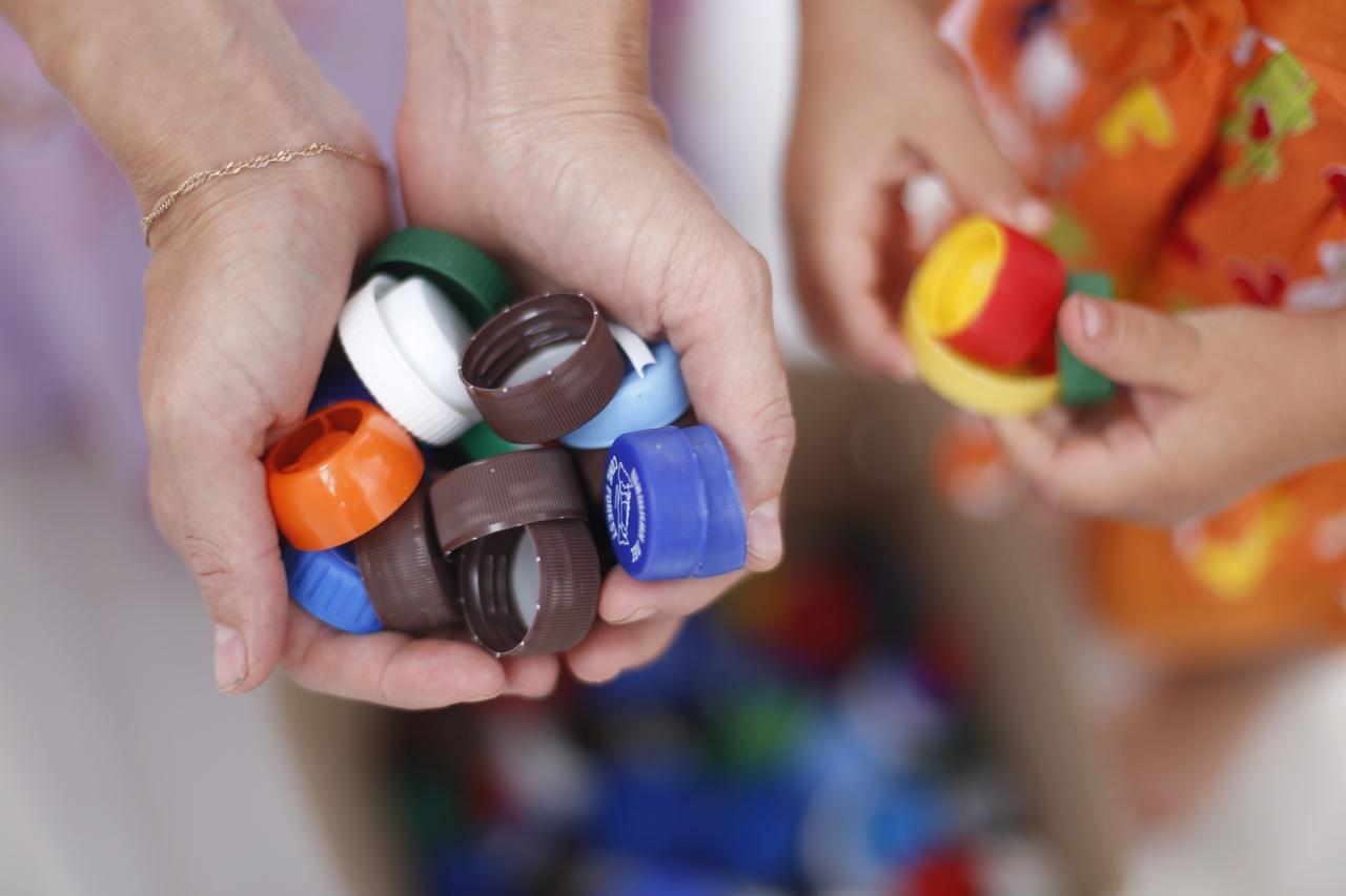 Крышки за 900 тысяч рублей. В Челябинске собирают пластик на лечение 2-летнего Егора
