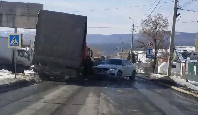 «Все стоят». На Миасском тракте под Челябинском столкнулись большегруз и BMW