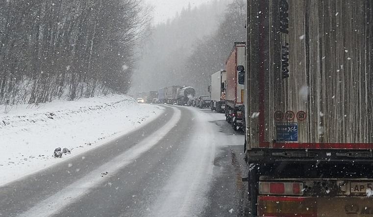 «Очень скользко». Водители фур встали в пробку на федеральной трассе в Челябинской области