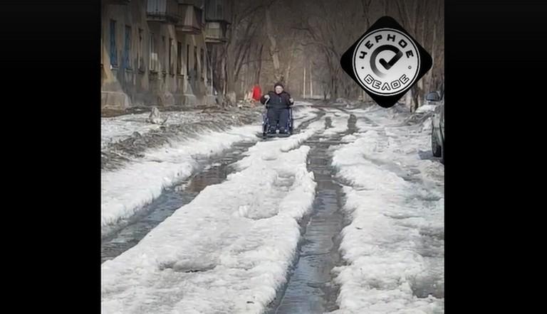 Здоровые еле ходят. Мужчина в инвалидной коляске застрял в снежном месиве на дороге