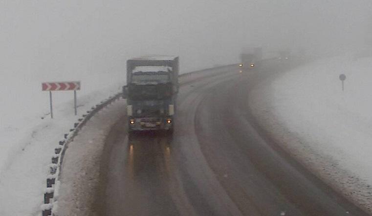 Мокрый снег валит, трассы заносит. Водители делятся впечатлениями от уральских дорог