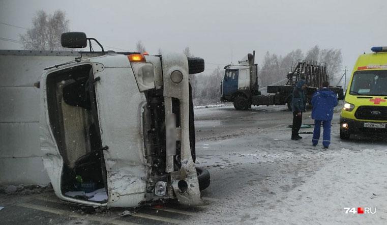 Рухнул на бок. Фургон перевернулся на трассе М5 под Челябинском