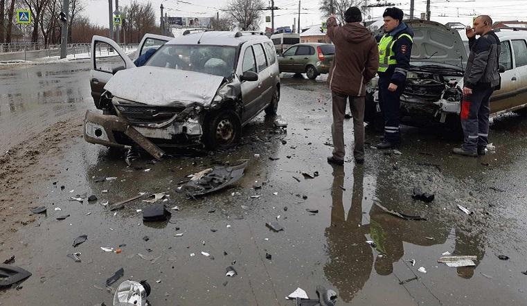 Разлетелись на части. В ДТП в Челябинске пострадали 2 человека
