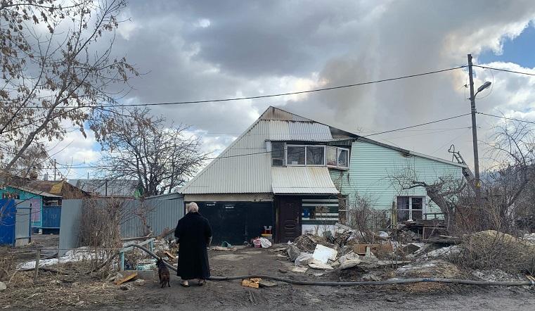 «Подростки подожгли мой дом». В Челябинске вспыхнуло строение в частном секторе ВИДЕО