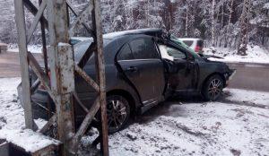 Водитель гнал в гололед. Toyota влетела в столб на уральской трассе