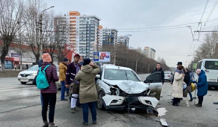 Удар и пламя. 3 автомобиля столкнулись в Челябинске ВИДЕО