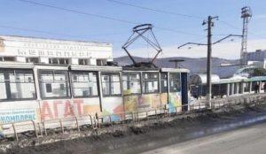 В ловушку угодили 2 машины. На Урале глыба льда свалилась на трамвайные провода