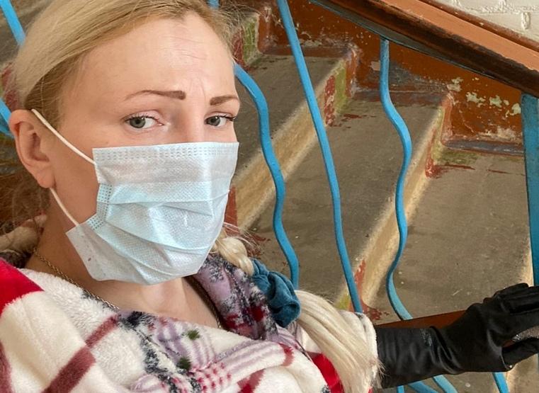 Объявила вирусам войну. Жительница Урала каждый день моет свой подъезд