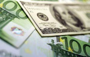 Доллар и евро резко подорожали из-за обрушения цен на нефть