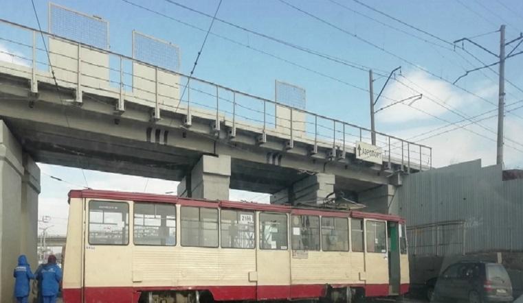 Заблокировал район. Трамвай сошел с рельсов и спровоцировал гигантскую пробку в Челябинске